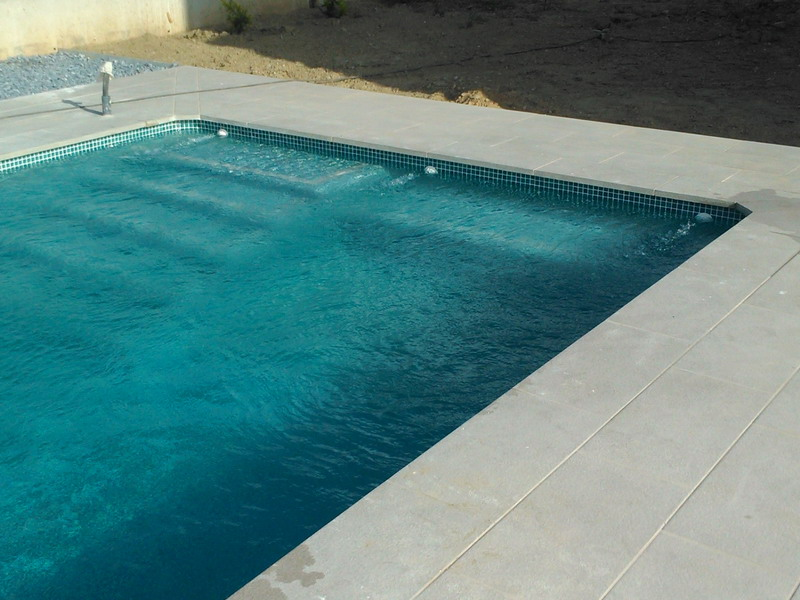 Piscina rectangular con escalera interior y banco de asiento piscinas gunite junior dise o y - Piscina hinchable con asientos ...